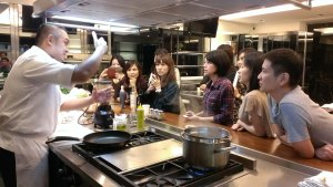 [UKIK廚藝學院] 謝長勝主廚正在跟大家解釋墨魚燉飯的步驟