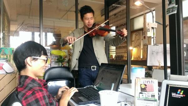 辦公室裡居然有小提琴手?!